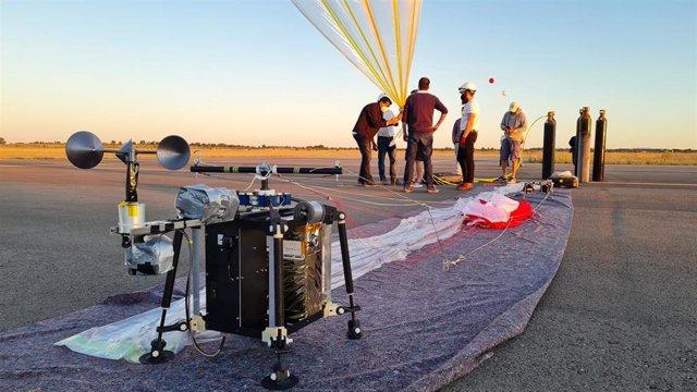 Integrantes del proyecto junto al satélite lanzado.