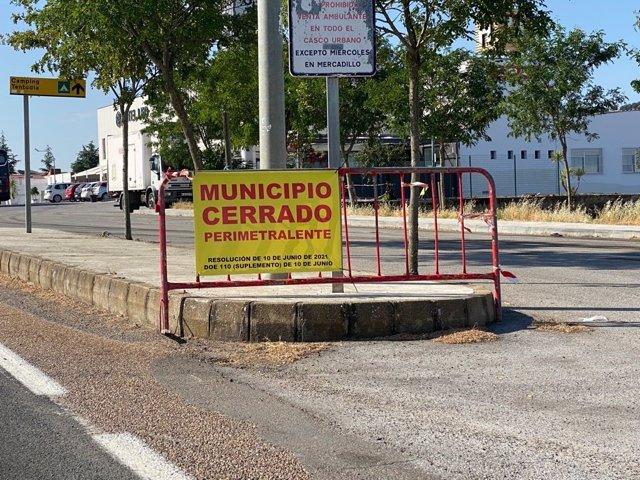 Cartel de cierre perimetral en Monesterio