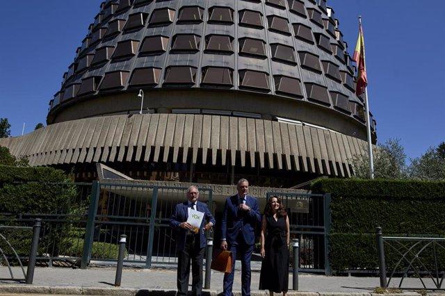 (I-D) El diputado nacional Juan José Aizcorbe; el secretario general de Vox, Javier Ortega; y la vicesecretaria jurídica de la formación, Marta Castro, posan en las inmediaciones del Tribunal Constitucional, a 1 de julio de 2021, en Madrid, (España). El G