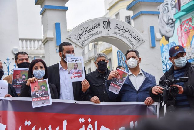 Archivo - 03 May 2021, Tunisia, Tunis: Members of the Tunisian Journalists Union take part in a demonstration demanding the release of the Moroccan journalists Omar Radi and Souleimane Raissouni, on the occasion of World Press Freedom Day. Photo: Jdidi Wa