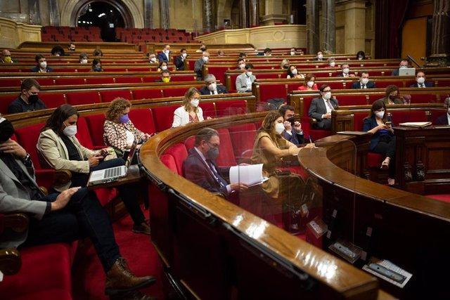 Archivo - Vista general del pleno del Parlament de Catalunya, en una imagen de archivo.