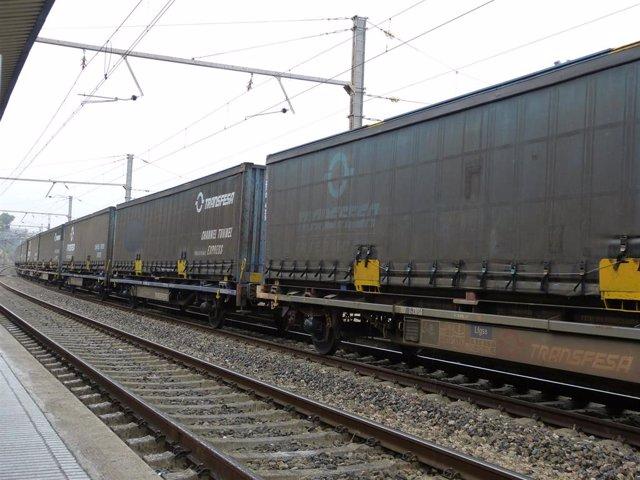 Archivo - Tren de mercancías, transporte ferroviario