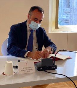 El presidente provincial del PP de Granada, Francisco Rodríguez, firma el pacto por el Corredor Ferroviario del Litoral Mediterráneo.
