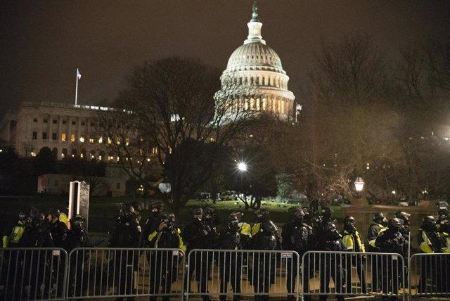 Archivo - Agentes de la Policía frente al Capitolio de EEUU durante el asalto.