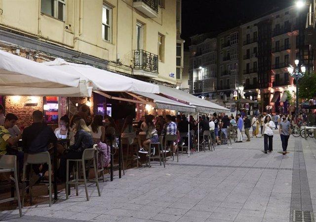 Ambiente en una calle de bares de Santander, antes de su cierre a medianoche, a 3 de julio de 2021, en Santander, Cantabria (España).