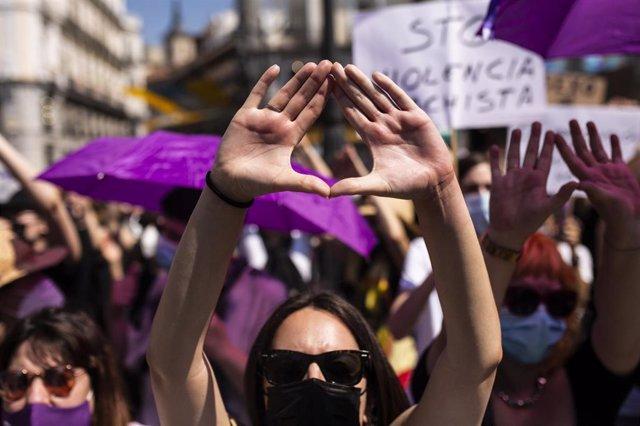 Una mujer hace un gesto feminista, durante una manifestación en Madrid.