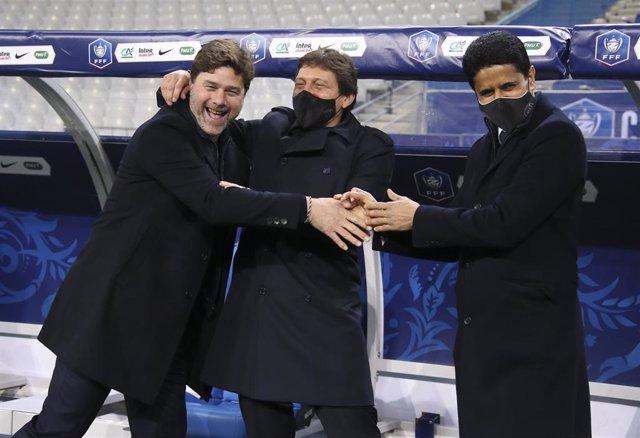 Archivo - Pochettino bromea junto a Leonardo y Nasser Al-Khelaïfi, director deportivo y presidente del PSG
