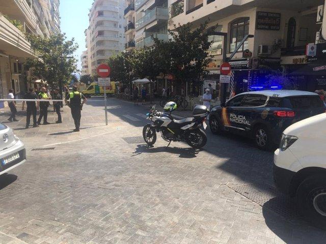 Imagen de la calle de Marbella donde un coche ha arrollado una terraza de un bar