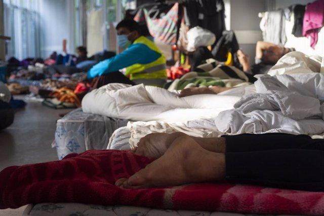 Imagen de parte de los 475 inmigrantes sin papeles en huelga de hambre en la Iglesia de San Juan Bautista de Bruselas