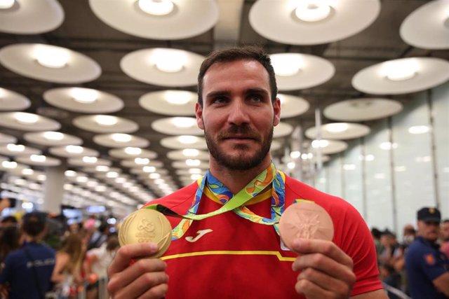 Archivo - Saul Craviotto enseña sus medallas a la llegada a España de Río de Janeiro