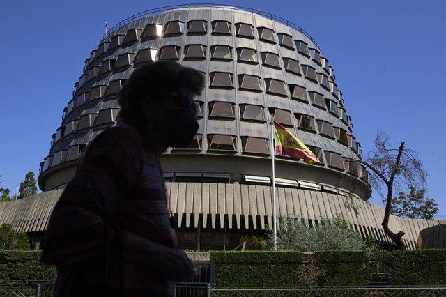 Una persona camina por las inmediaciones del Tribunal Constitucional, a 1 de julio de 2021, en Madrid, (España).