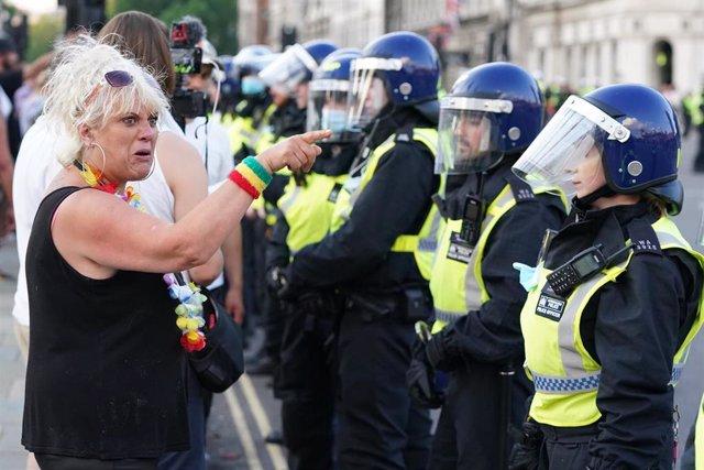 Policía actúa en manifestaciones antivacunas en Londres