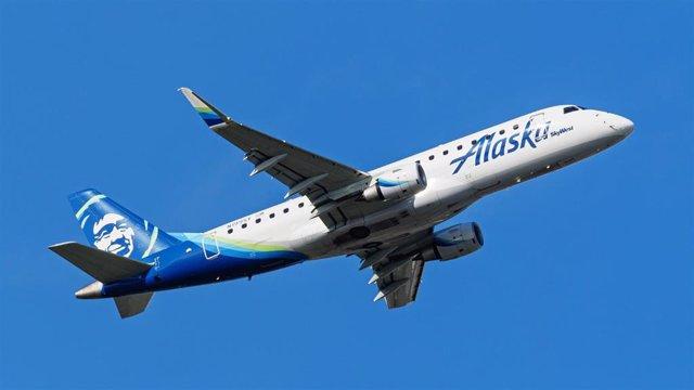 Archivo - Avión Embraer E175LR de Alaska Airways en Richmond, Columbia Británica, Canadá