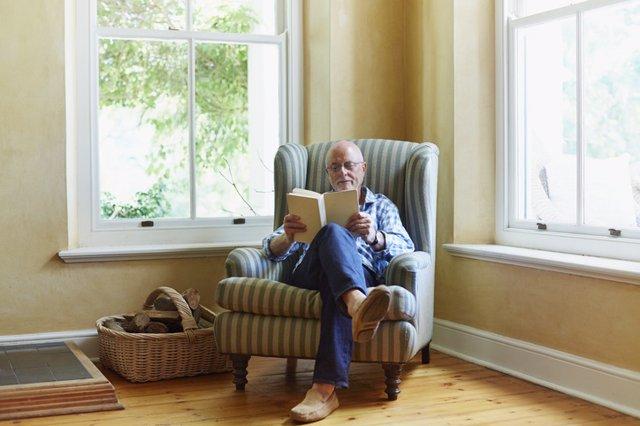 Archivo - Hombre mayor sentado leyendo.