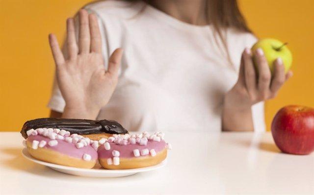 Archivo - Mujer rehusa comer dulces.