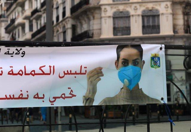 Archivo - Un cartel sobre el coronavirus en la capital de Argelia, Argel
