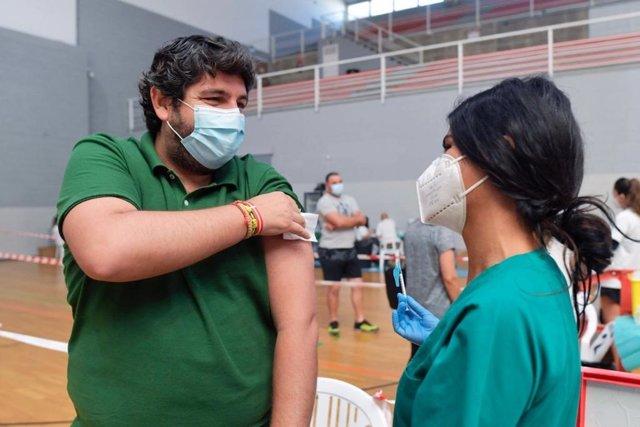 Declaraciones del presidente del Gobierno regional, Fernando López Miras, recibe la segunda dosis de la vacuna