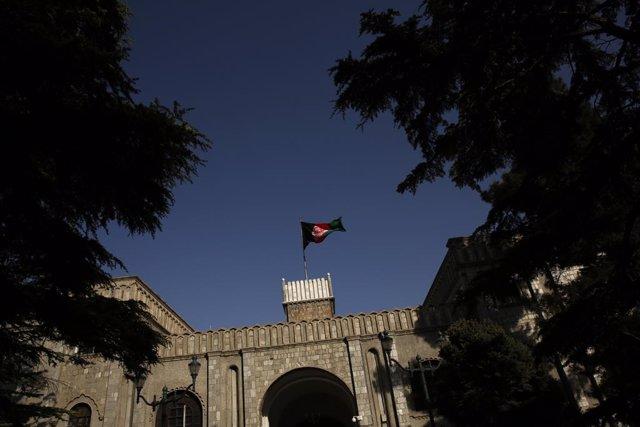 Archivo - Arxiu - La bandera de l'Afganistan oneja sobre el palau presidencial