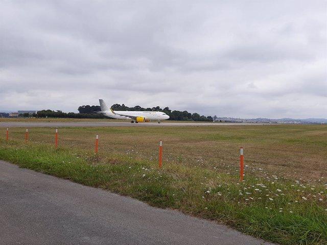 Archivo - Avión en la pista del aeropuerto Seve Ballesteros preparándose para despegar