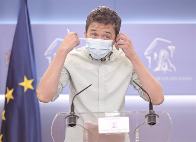 El líder de Más País, Íñigo Errejón, se quita la mascarilla para intervenir en una rueda de prensa.