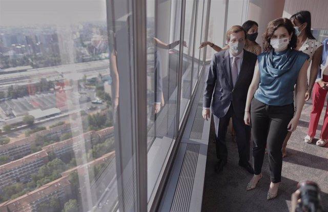 La presidenta de la Comunidad de Madrid, Isabel Díaz Ayuso, y el alcalde de Madrid, José Luis Martínez-Almeida, en la Torre de Cristal antes de la firma el Convenio Marco de Madrid Nuevo Norte