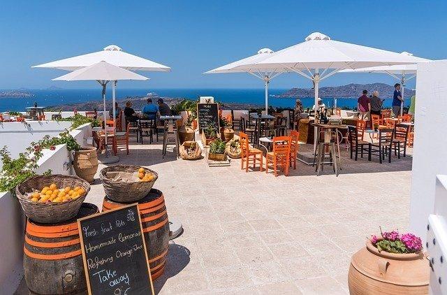 Terraza de restaurante en verano frente al mar.