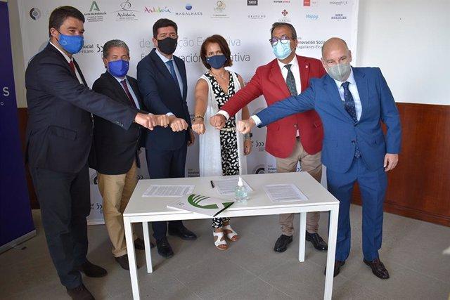 El vicepresidente del gobierno andaluz junto a los directores del Laboratorio innovación social Magallanes-Elcano en la firma del convenio celebrado durante el 'Foro de Innovación Social V Centenario Magallanes-Elcano'