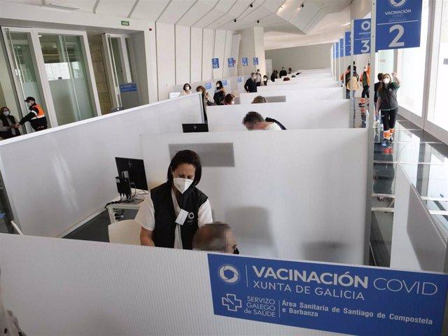 Archivo - Personas acuden a vacunarse contra la Covid en la Cidade da Cultura en Santiago.