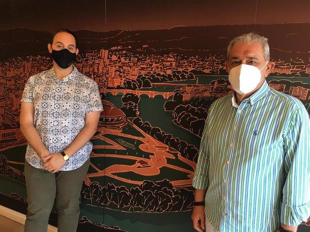 El concejal de Patrimonio y Centro Histórico, Adrián Calonge, y el presidente de la Asociación de Amigos del Camino de Santiago, Juan Cruz