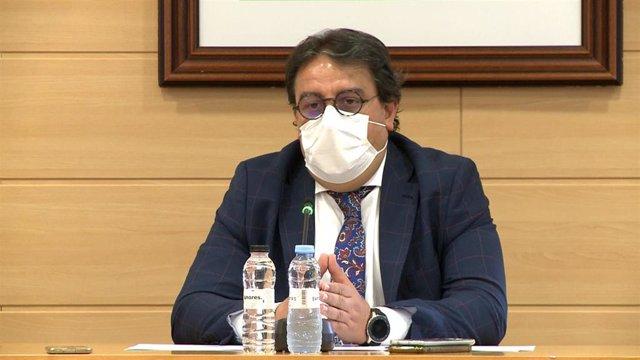 El vicepresidente segundo y consejero de Sanidad, José María Vergeles, este martes en rueda de prensa en Don Benito