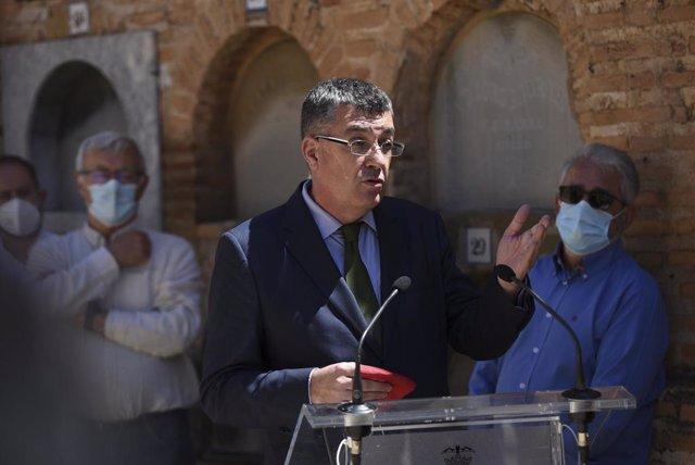 Archivo - El president de Les Corts Valencianes, Enric Morera, interviene en un homenaje junto al alcalde de València, Joan Ribó, en una imagen de archivo
