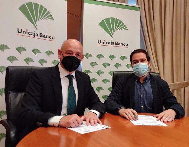 Ríos (I) y Martín (D) firman el acuerdo de patrocinio del Premio de Periodismo de la APV.