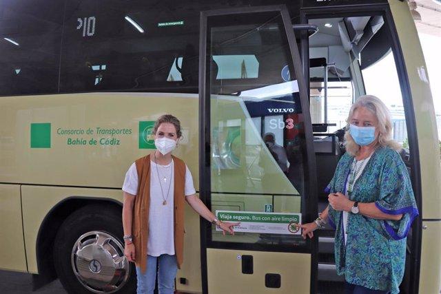Archivo - Mestre y Colombo presentando la instalación de filtros purificadores de aire en autobuses del Consorcio.
