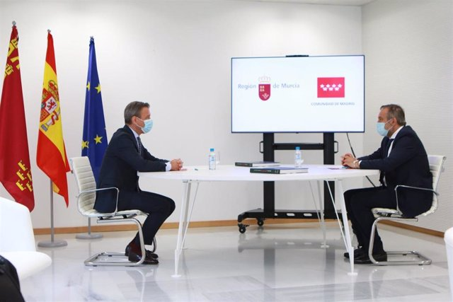 El consejero de Presidencia, Turismo y Deportes, Marcos Ortuño, y el consejero de Justicia e Interior de la Comunidad de Madrid, Enrique López