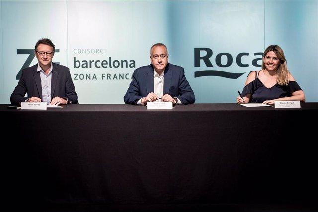 El director de Comunicación y Marca Corporativa de Roca, Xavier Torras, el delegado especial del Estado en el Consorci de la Zona Franca de Barcelona, Pere Navarro, y la directora general del CZFB, Blanca Sorigué, han firmado este martes el acuerdo.