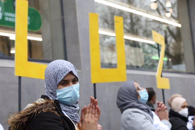 Archivo - Una mujer aplaude durante una manifestación de vecinos de los sectores V y VI de la Cañada Real Galiana frente a la Asamblea de Madrid.