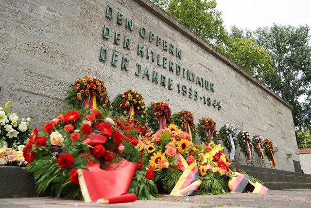 Ofrendas florales la prisión de Plotzensee, en Berlín, durante un acto en recuerdo a los ejecutados tras el intento de asesinato de Adolf Hitler en 1944