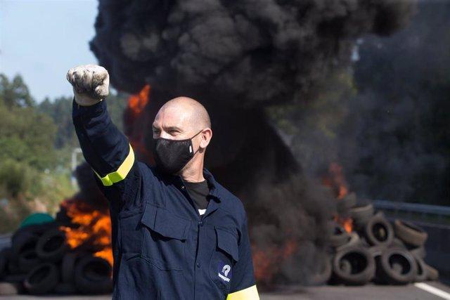 Un trabajador de Alcoa, tras cortar una carretera en el marco de su concentración para defender el futuro de la fábrica de aluminio en San Cibrao, a 19 de julio de 2021, en San Cibrao, Cervo Lugo, Galicia (España).