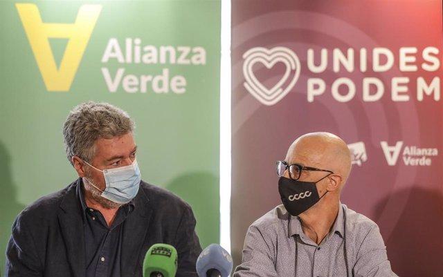 El coordinador de Alianza Verde y diputado de Unidas Podemos en el Congreso, Juantxo López de Uralde (i) y el secretario de Estudios y Programa de Alianza Verde, Julià Álvaro (d), durante la presentación del partido Alianza Verde en el Teatre Micalet