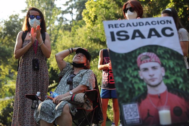 Varias personas participan en un homenaje a Isaac.