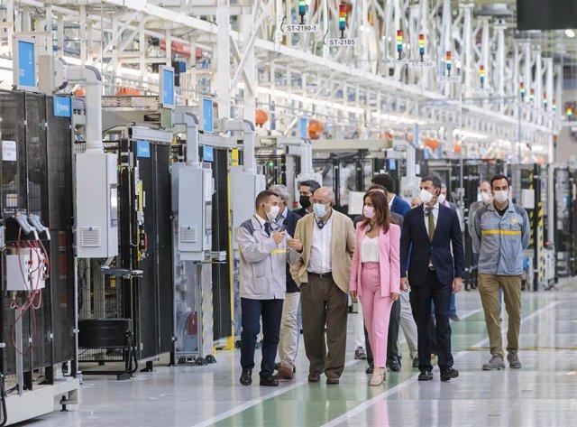 Igea y Amigo en la visita a las instalaciones de Renault en Valladolid.