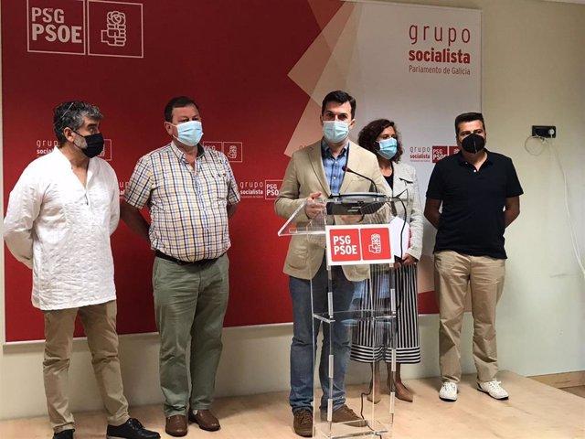 Reunión de Gonzalo Caballero, secretario xeral del PSdeG, con el sector de las fiestas en GAlcia, Serfega, incluido su presidente, José Veiga