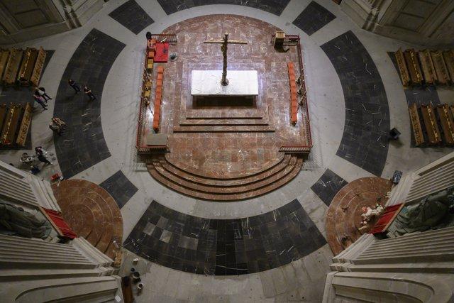 Losetas de mármol negro sobre el espacio que ocupó la tumba de Francisco Franco, en el Valle de los Caídos