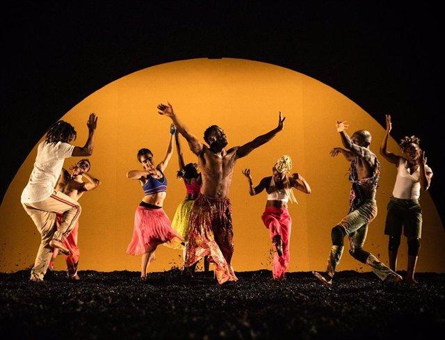 Serge Aimé Coulibaly reflexiona sobre el miedo al otro en el Festival Grec con la obra 'Wakatt'