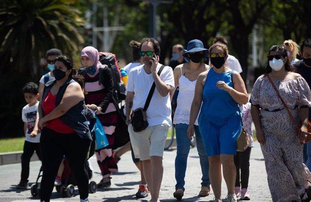 Turistas y sevillanos con y sin mascarillas por las calles de Sevilla, durante el primer día en el que no es obligado el uso de la mascarilla en exteriores desde el inicio de la pandemia, a 26 de junio de 2021, en Sevilla (Andalucía), España.
