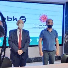 Imagen de la firma del convenio de colaboración entre BBK y Globernance.