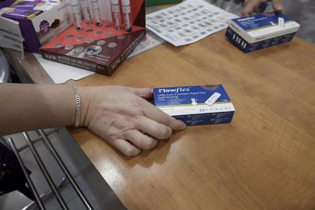 Un cliente enseña un test de antígenos de detección del COVID-19 en la farmacia situada en la Calle Tucán, 7, a 20 de julio de 2021, en Madrid (España). El Consejo de Ministros aprueba hoy la venta sin receta del test de autodiagnóstico de COVID en farmac