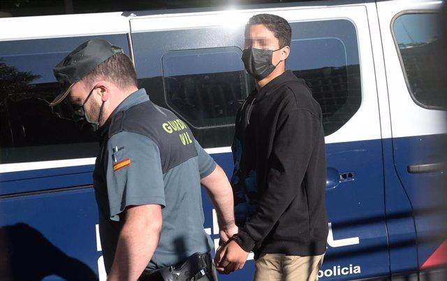 Uno de los investigados por la muerte de Samuel Luiz acude, esposado y acompañado de un agente de la Policía Nacional, al  Juzgado de Instrucción número 8 de A Coruña, a 16 de julio de 2021.