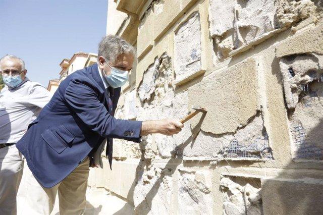 Fuentes muestra cómo se actúa ahora en la Puerta del Puente para revertir la anterior rehabilitación y proteger al monumento.