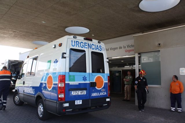 Archivo - Entrada emergencias urgencias ambulancia junta hospital clínico